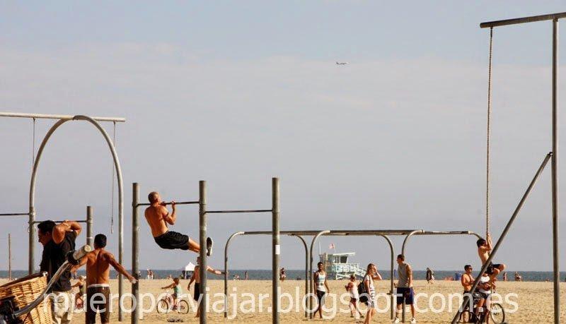 Famoso Muscle beach con gente haciendo ejercicio, Los Angeles