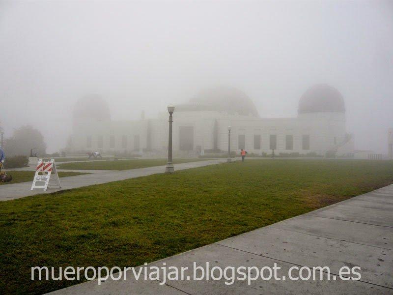 Observatorio Griffith cubierto de niebla matutina