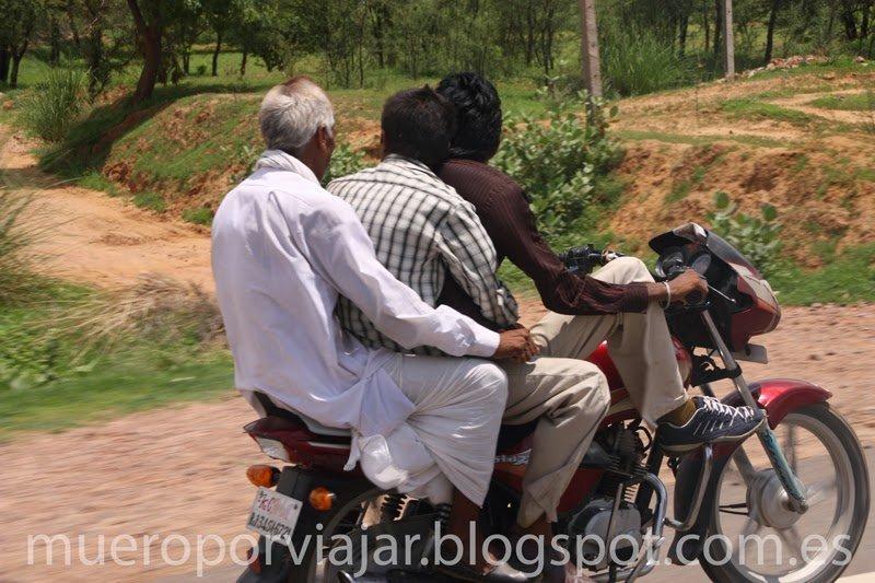 Tres indios en una moto