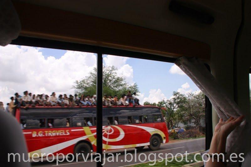 Autobus con gente en el techo, India