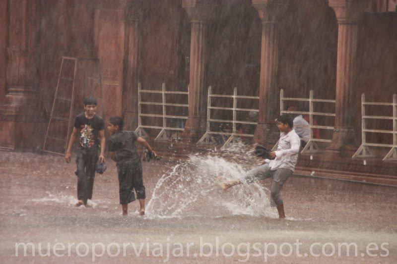 Niños jugando con la lluvia, Delhi