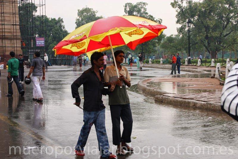 Paseando bajo la lluvia, Delhi