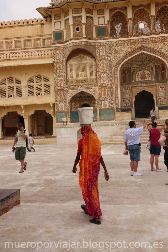Mujer india llevando cubo en la cabeza
