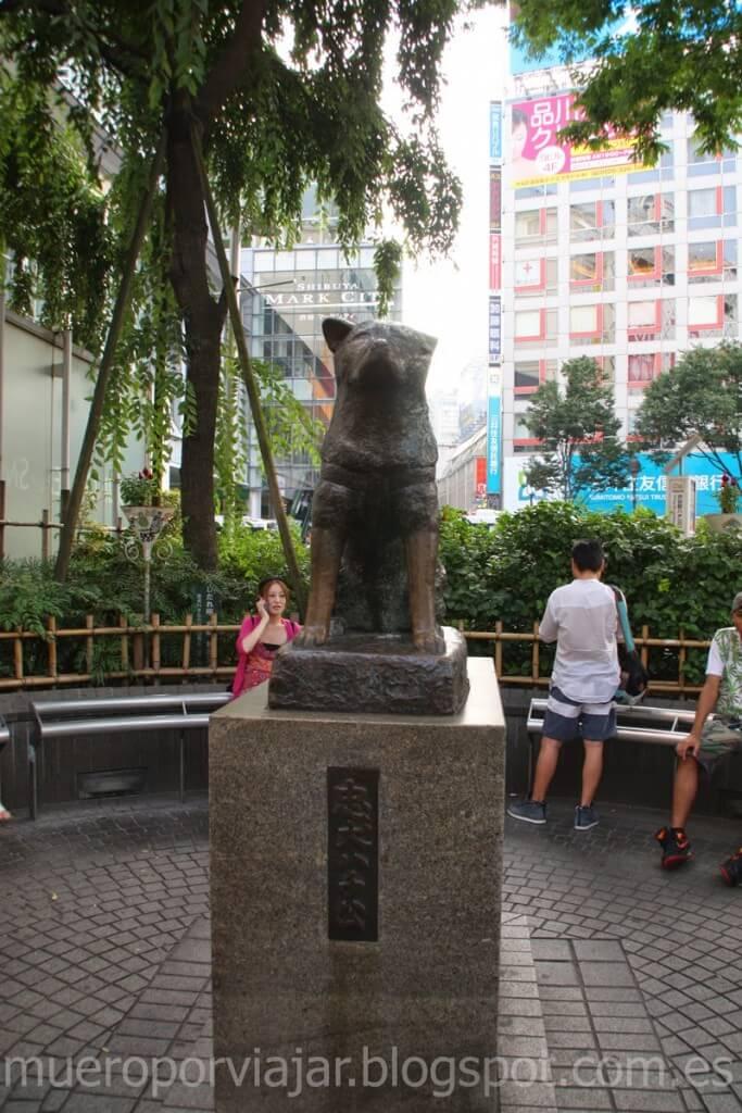 Estatua de Hachiko en el centro de la plaza