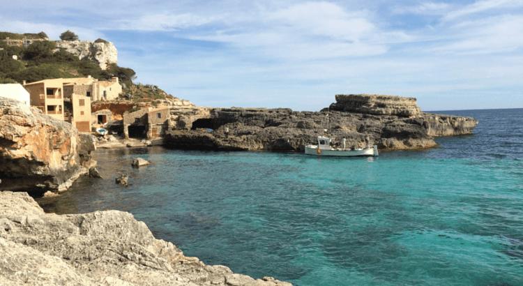 Cala de Mallorca en un día soleado