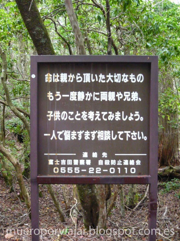 Cartel con mensaje para disuadir a los suicidas - Aokigahara