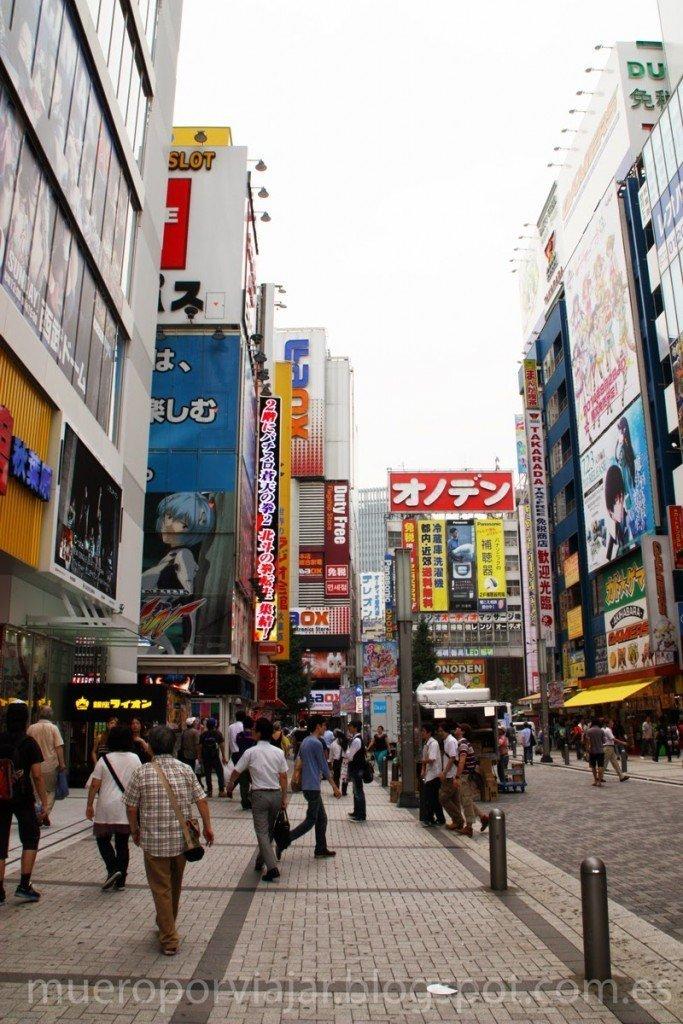 Carteles de tiendas por todas partes en los edificios de Shibuya