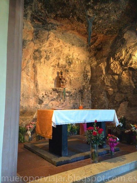 Interior de la santa cova (Montserrat)