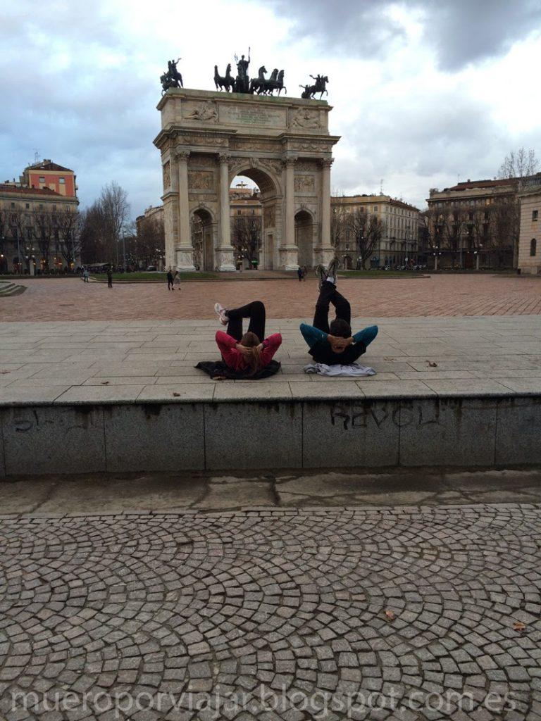 Haciendo ejercicio en el parque Arco de la paz