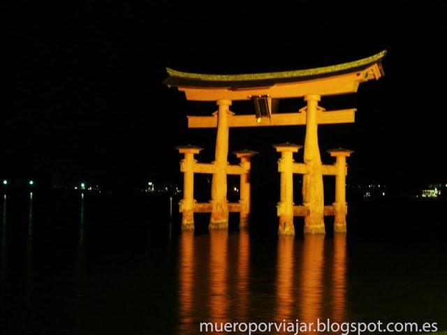 El gran Torii del santuario de Itsukushima de noche cuando sube la marea