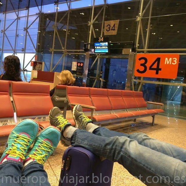 Esperando el avión en el aeropuerto, siempre hay que aprovechar para descansar antes de viajar