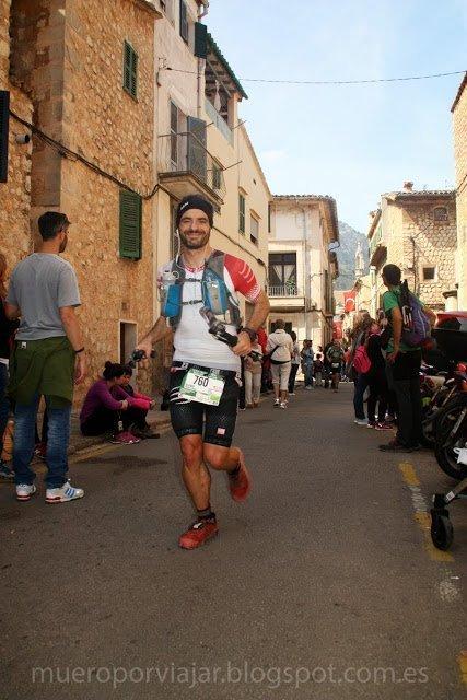 Runner sonriente de la Ultra Mallorca 2015 llegando a Sóller