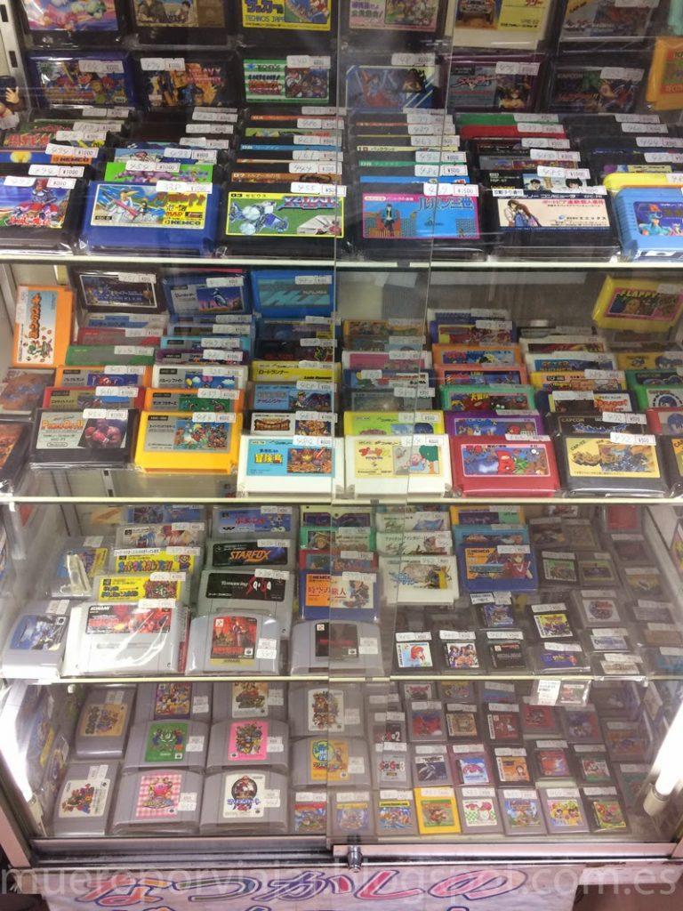 Expositor con juegos retro de SNES, NES, N64 en Akihabara, Tokyo