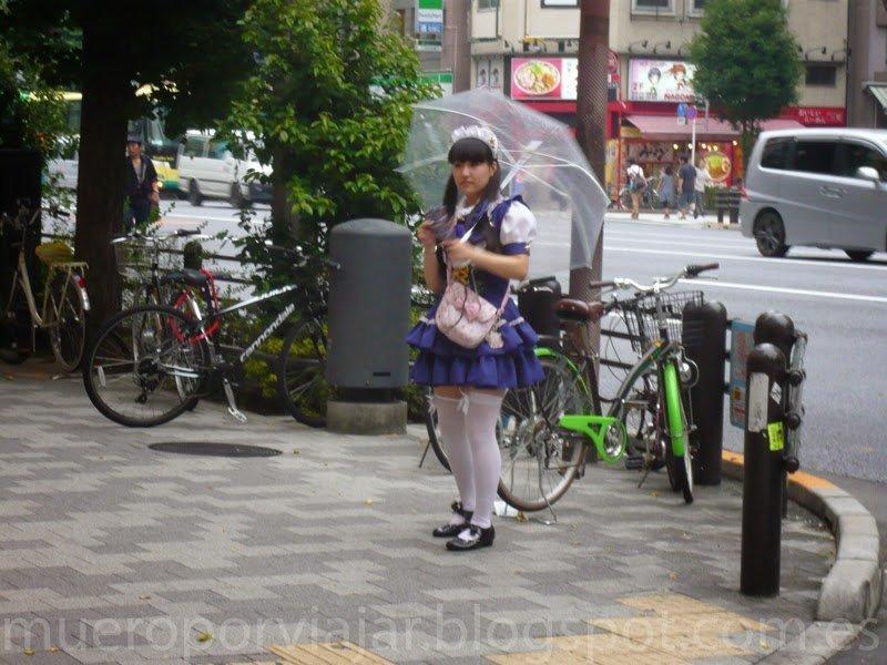 Chica repartiendo propaganda de Maid Cafe, Tokyo