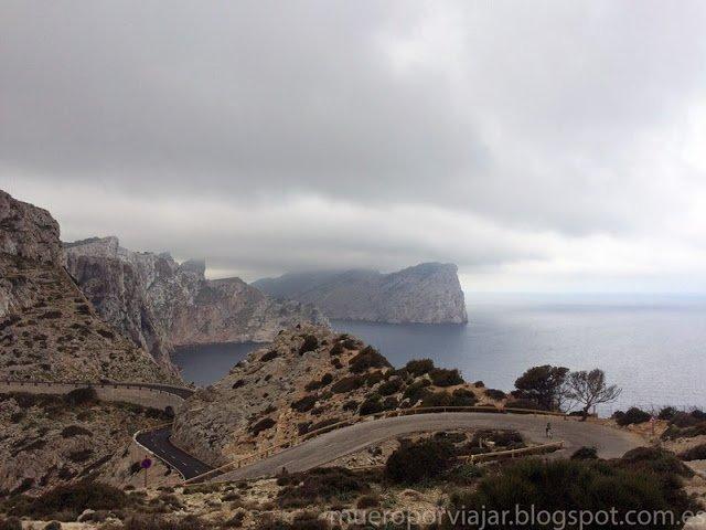 Carretera hacia Vista el faro de Formentor en Mallorca