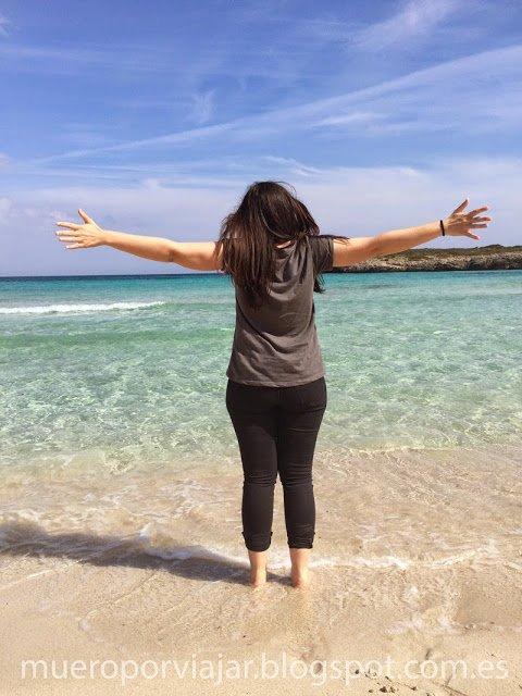 Mojando los pies en las cristalinas aguas de Cala Varques