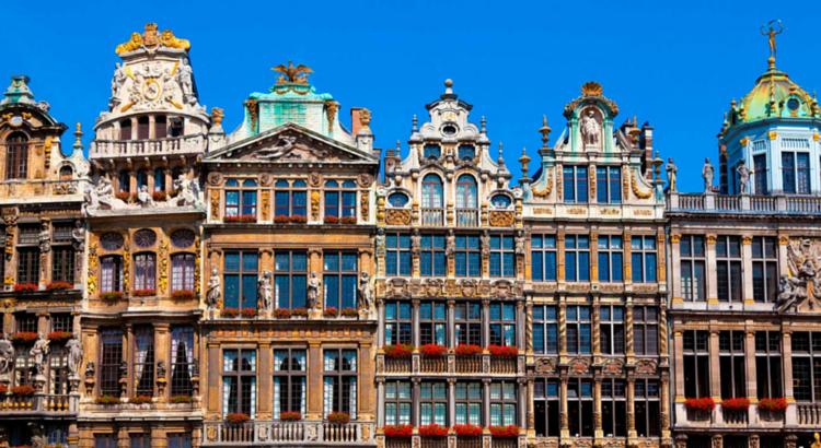 Bonita imagen de casas típicas de Bruselas