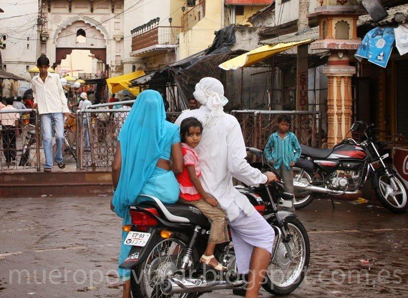 Familia viajando en moto, Delhi