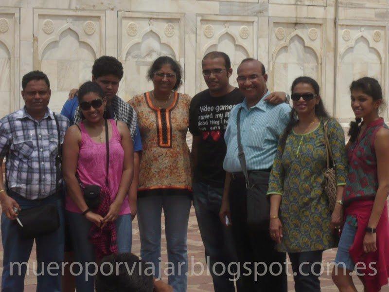 Familia India con una miembro informático (o friki) de los muchos que abundan en India