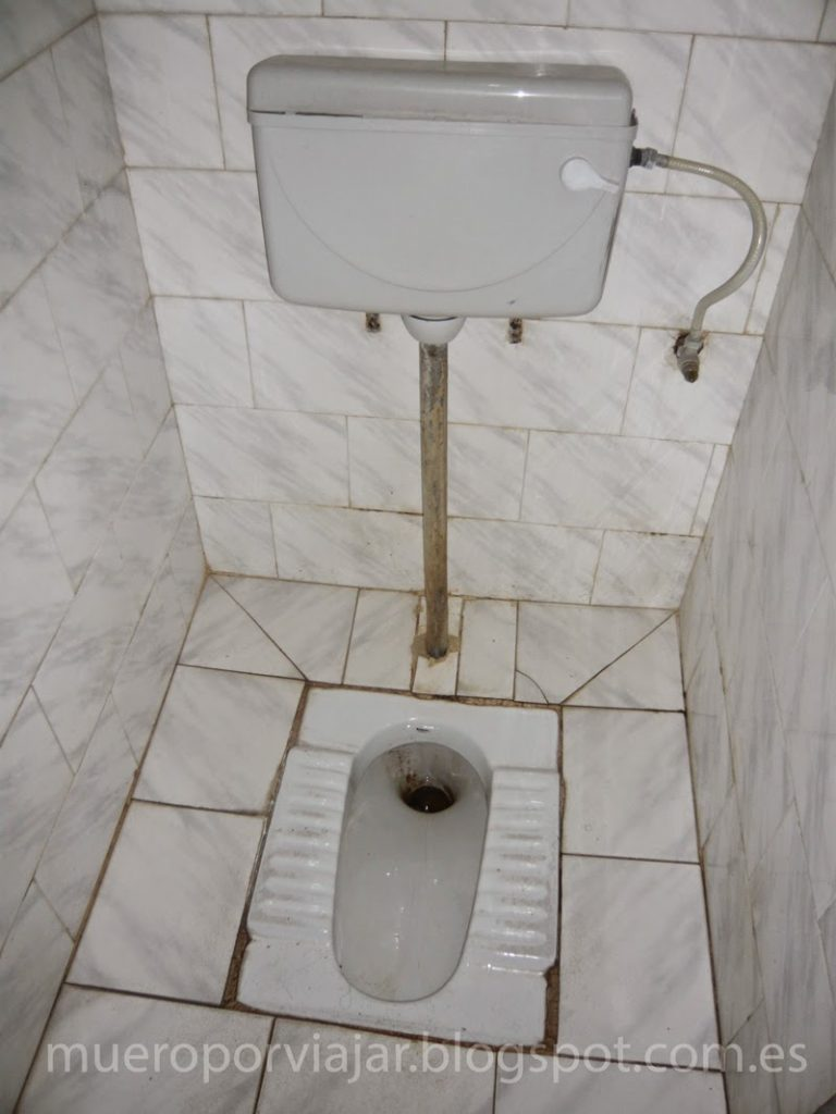 Típico baño publico en el aeropuerto de India