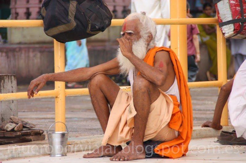 Budista anciano descansando en Delhi