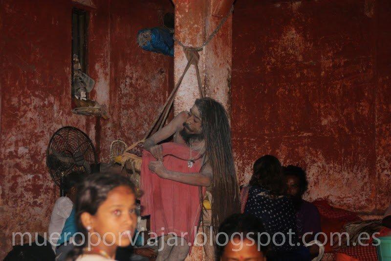 Hombre cumpliendo una promesa de mantenerse de pie durante años, Benarés (India)