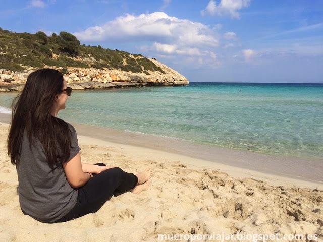 En Cala Varques puedes sentarte a disfrutar del sol y sus maravillosas vistas