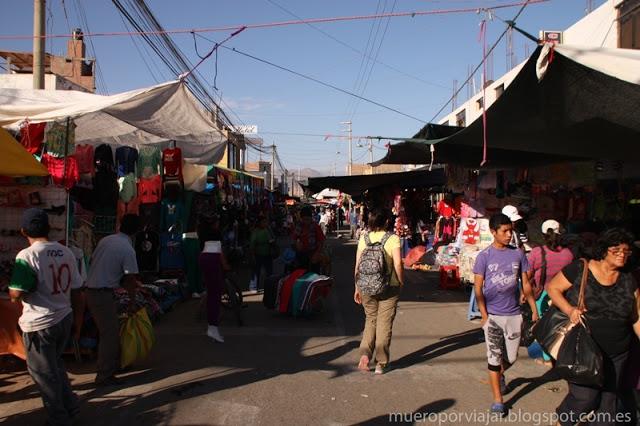 Paseando tranquilamente por el mercado de Nasca