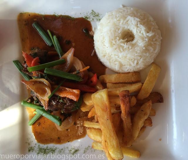 Típico plato peruano de revuelto de ternera con arroz y papas fritas