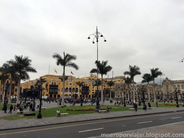 La Plaza de Armas de Lima es muy grande y colorida