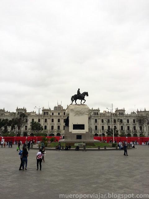 La estatua ecuestre de San Martín se encuentra ubicada en el centro de la Plaza