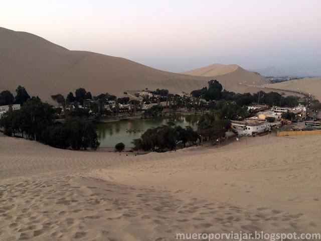 Vista del Oasis de Huacachina desde el desierto que lo rodea, muy bonito