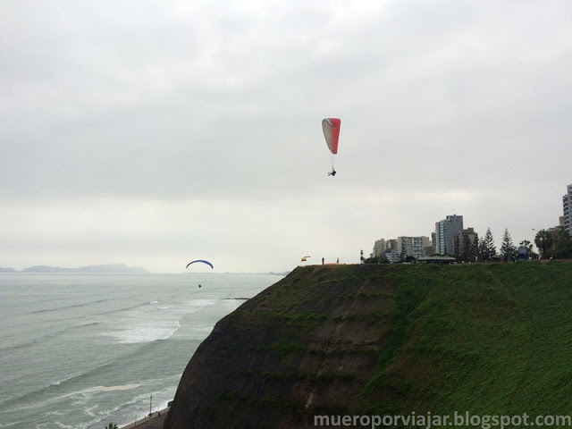 Practicando parapente en los acantilados de la playa de Lima