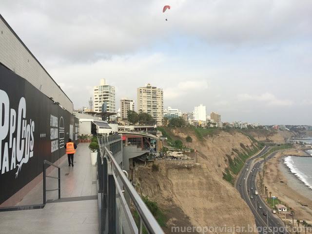 Las vistas de la terraza del Centro Comercial Larcomar son muy bonitas