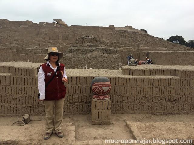 Guía muy simpática explicando los orígenes arqueológicos de Huaca Pucllana