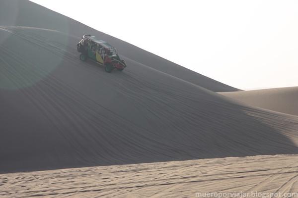 Un buggie bajando por una duna, era muy divertido