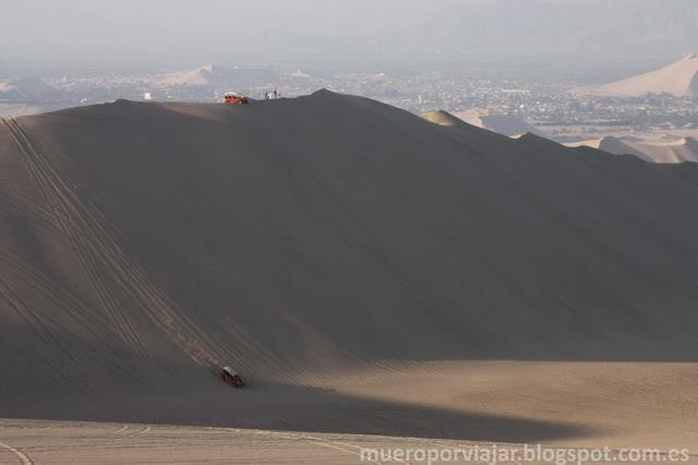 En el desierto del Oasis de Huacachina existen dunas verdaderamente grandes e impresionantes