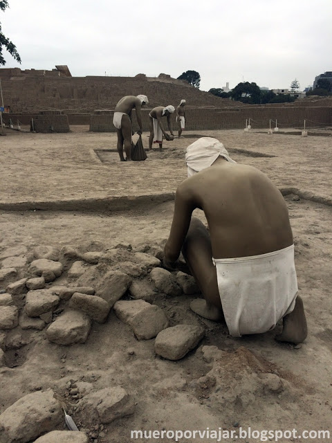 Reconstrucción de obreros de los adoquines de Huaca Pucllana