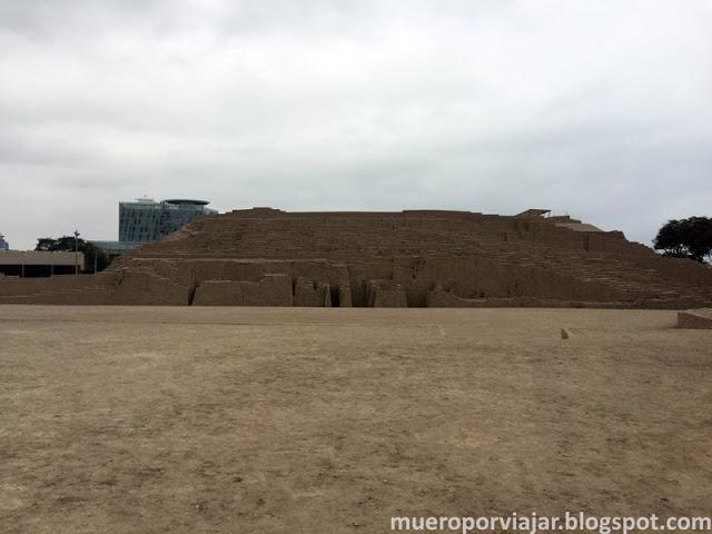 Vista lateral de Huaca Pucllana donde se puede apreciar la forma piramidal
