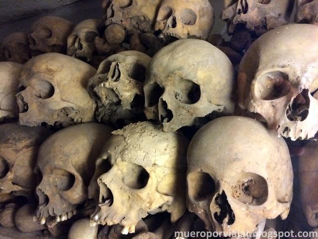 Calaveras de la cripta de la Catedral de Lima muy bien ordenaditas