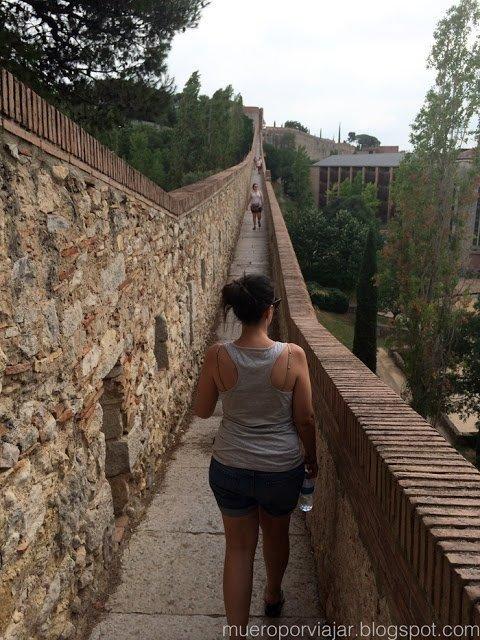 Se puede pasear por todo el recorrido de la muralla de Girona