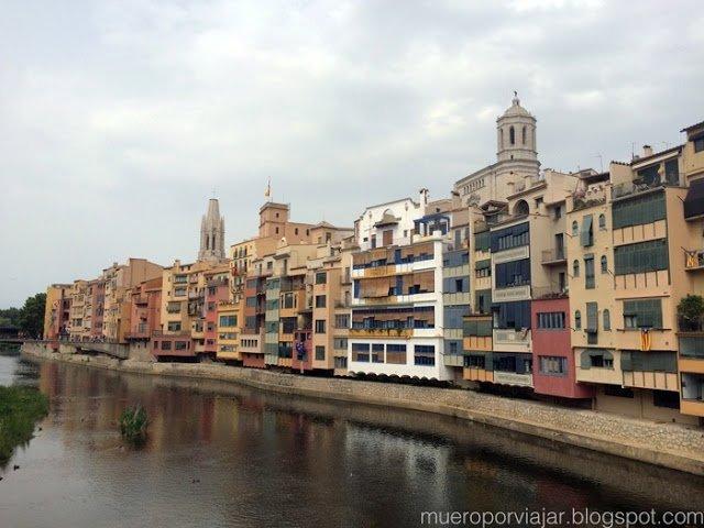 Casitas muy pintorescas en la ladera del rio Onyar en Girona