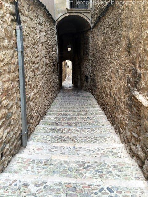 Calle típica de casco antiguo de Girona