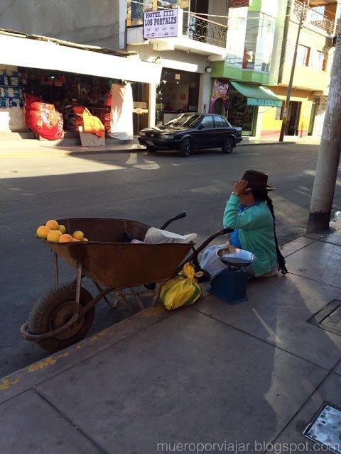Vendedora de fruta algo tímida, muy raro en Perú