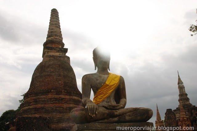Estatua de buda en los tempos de Sukhothai, Tailandia