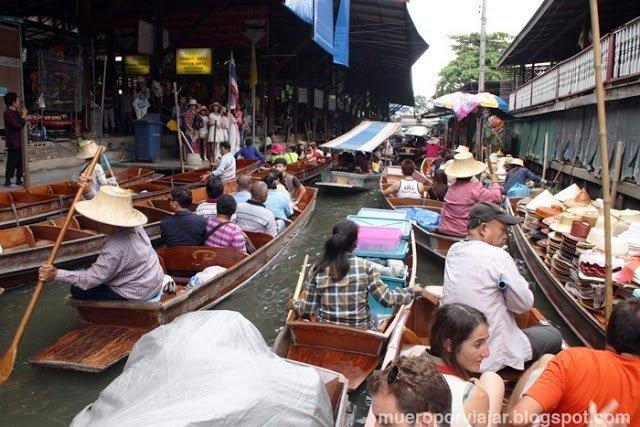 Comprando en el Mercado flotante de Damnoem Saduak, una experiencia única