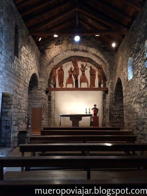 Interior de iglesia donde se podia ver una serie de estatuas de madera