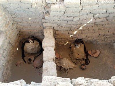 Diferentes tumbas separadas por muros