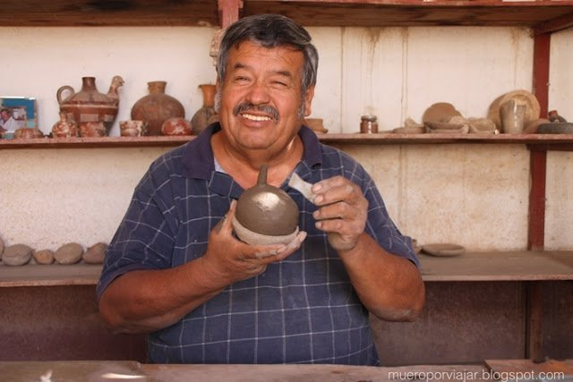 Maestro alfarero de Nasca fabricando una pieza única