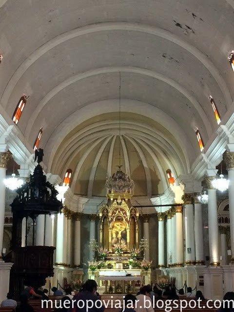 Interior de la Iglesia de la Compañía en Arequipa, Perú